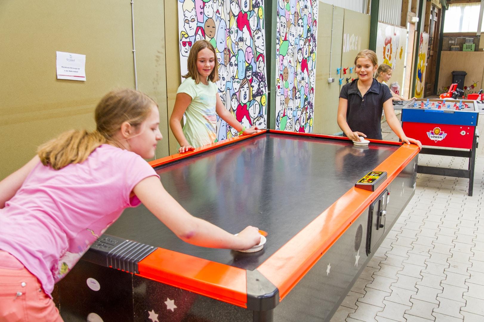 Familotel Gut Landegge Familienurlaub im Emsland Alles für Kids und Teens Airhockey