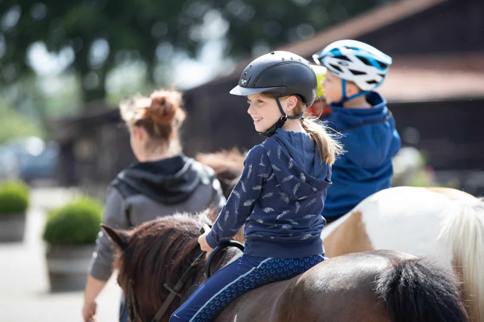 Gut Landegge Familotel Emsland Familienurlaub Reiterhof Reitanlage Reithalle Gut Pferde Urlaub mit Pferden Familienhotel