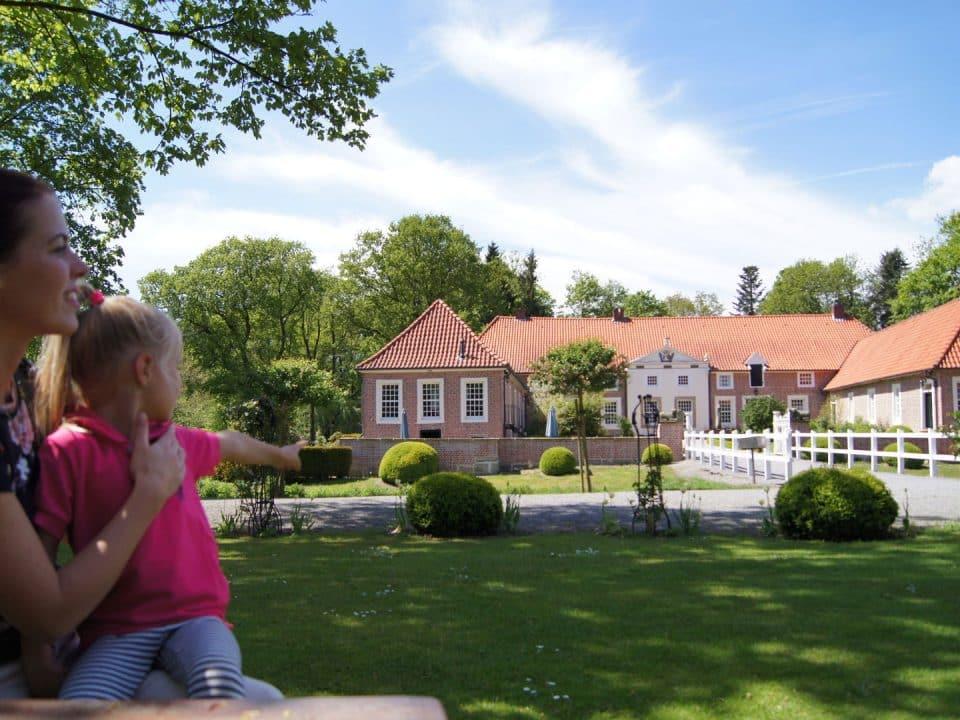 Familotel Gut Landegge Familienurlaub Mama mit Kind Emsland